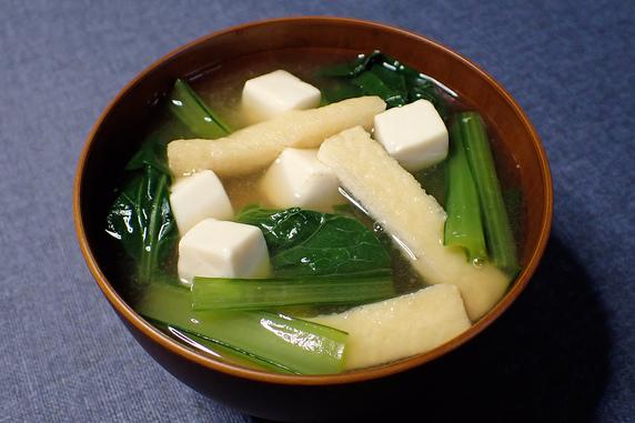 収穫した小松菜を味噌汁にしたンゴ